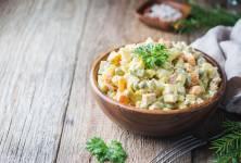 Tradiční bramborový salát je nuda? Zkuste ho odlehčit a dodat mu novou chuť i vůni!